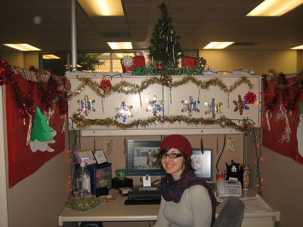 Pix for christmas decorated office cubicles seasonal for Cubicle decoration xmas