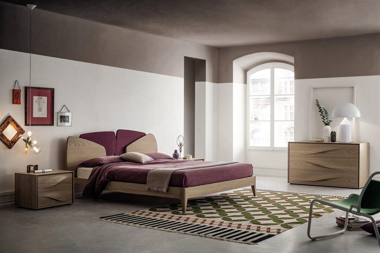 La composizione propone una camera matrimoniale in legno completa di ...