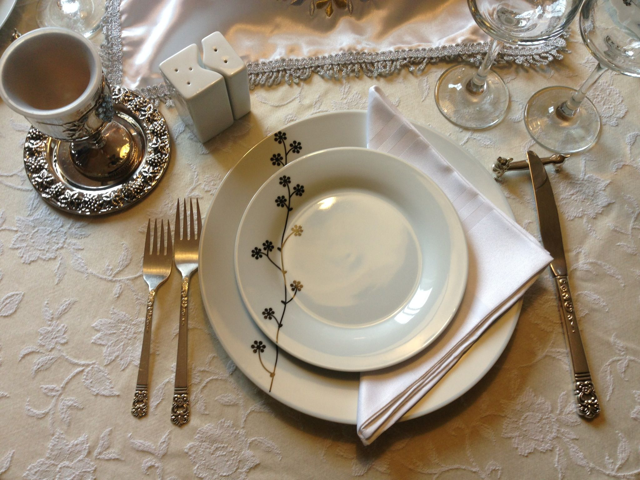 Elegant dinner table setting - Simple And Elegant Table Setting For Shabbat Dinner