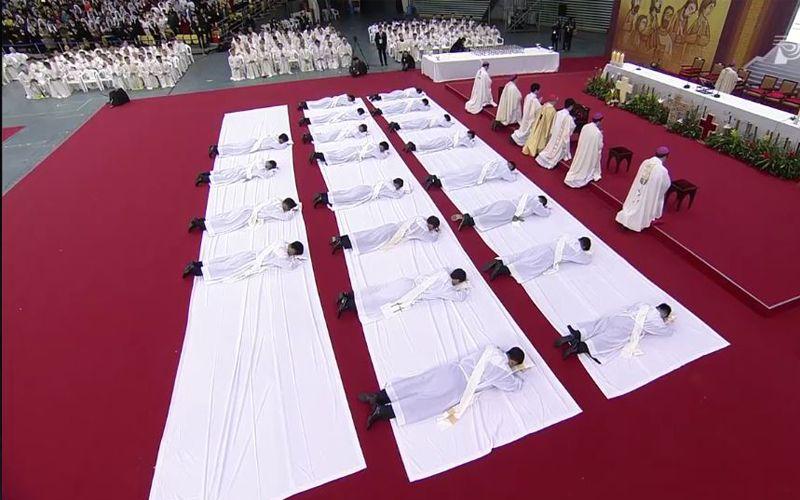 Este video es impresionante. Se trata de la reciente ordenación de 20 nuevos sacerdotes en la arquidiócesis de Seúl este 5 de