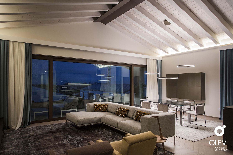 Illuminazione del soggiorno con soffitto a travi inclinate ...