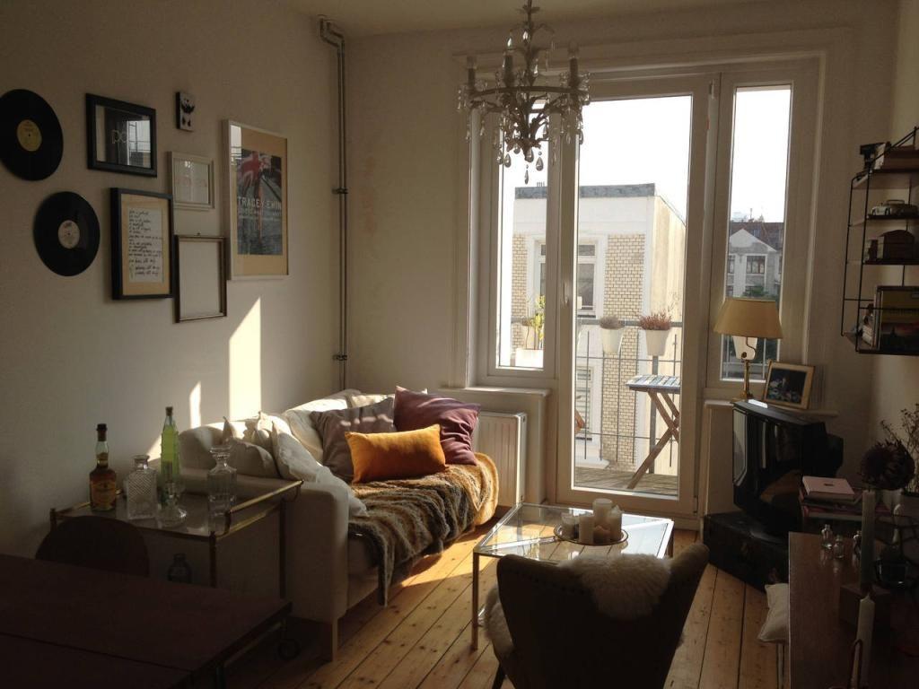 Gemütlichstes Wohnzimmer mit Dielenboden, Couch und Decken im ...