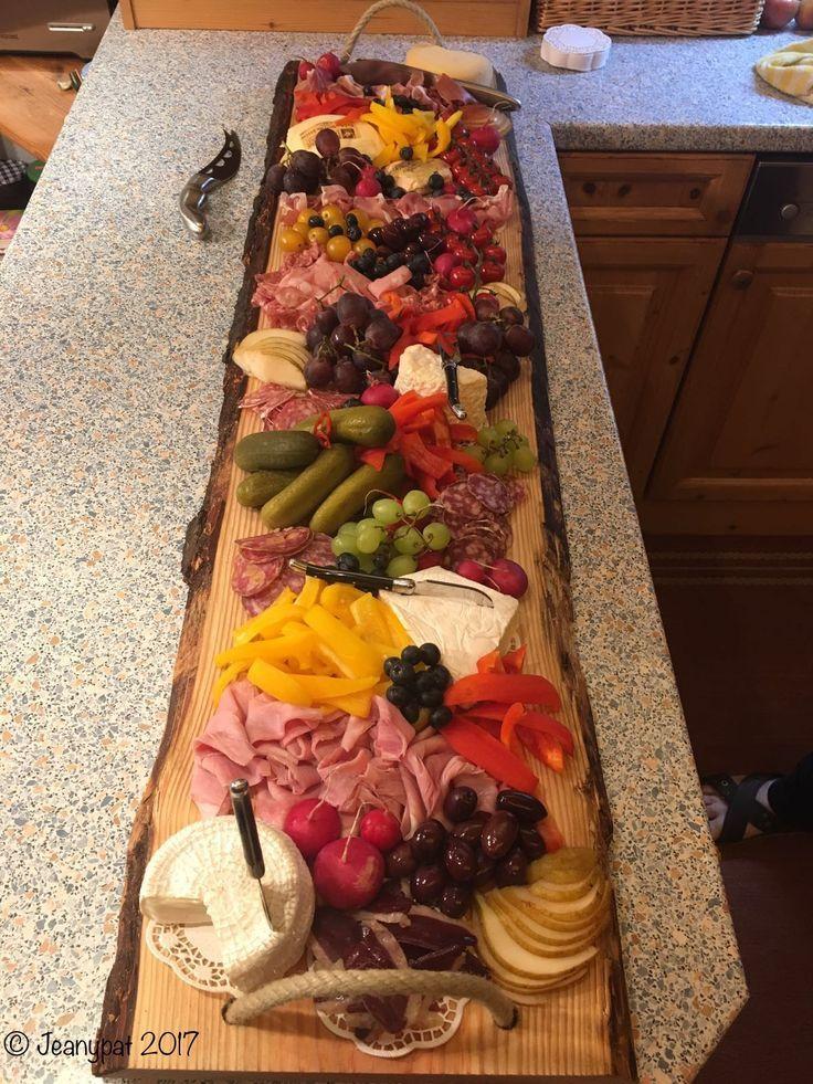 Vesperbrett aus Holz.  Schön dekoriert  mit vielen  Leckereien.  Wie appetitlic... #octoberfestfood