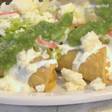 Tacos dorados de papa en salsa verde
