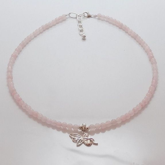Collar en cuarzo rosa y colgante hada en plata. Medida ajustable.