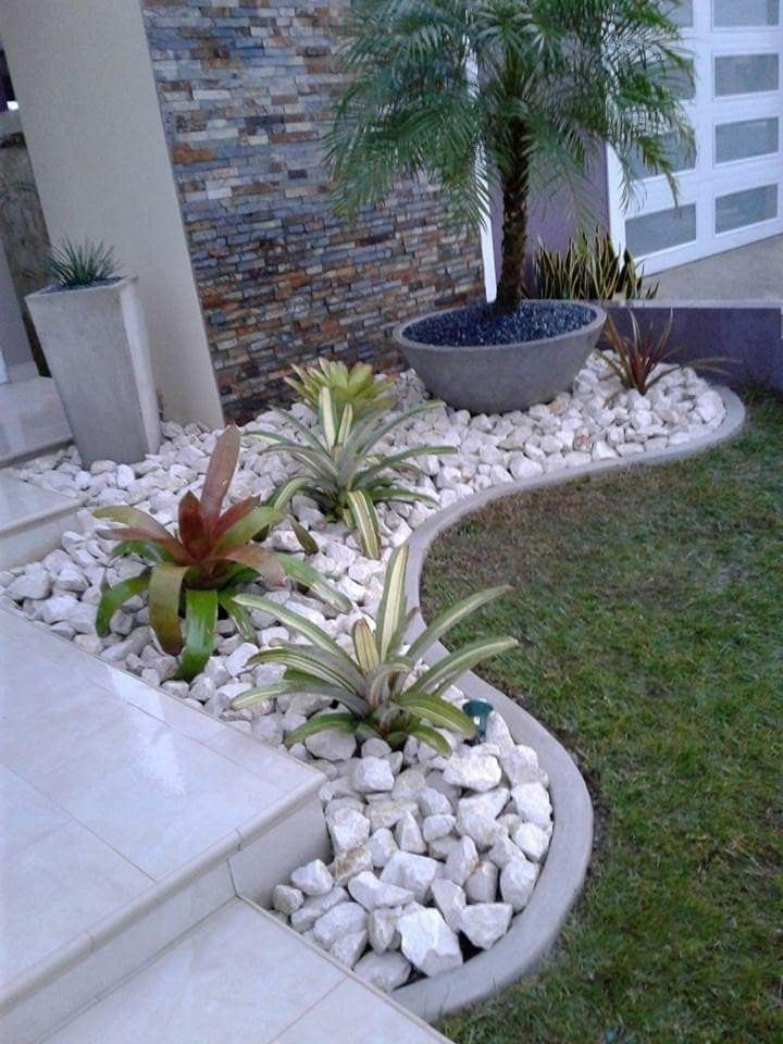 Pin By Kerry Sutherland On Idei Iz Kamnej Idei Creative Din Pietre In 2020 Small Front Yard Landscaping Front Yard Landscaping Design Rock Garden Landscaping