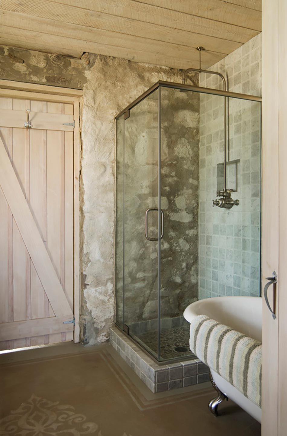 Salle de bain rustique gr ce au mur en pierre cr atif - Belle mere dans la salle de bain ...