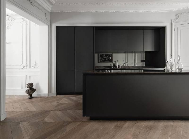 Zwarte keuken met minimalistisch design in klassiek interieur met