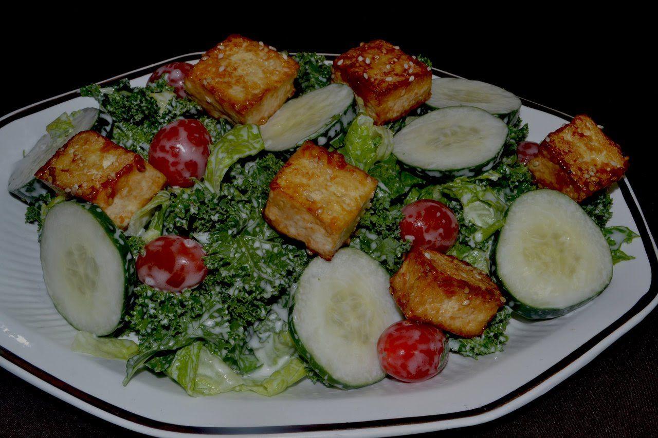 Ensalada con tofu, tomates y lechuga.
