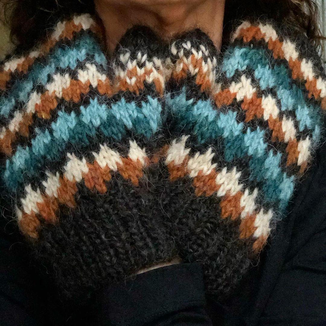 "Photo of NordicKnit by Lene on Instagram: ""Jeg har brukt restegarn til disse Vigjovottene🧶 I have used left over yarn to knit these Vigjo mittens☺️ * * * #vigjovotten #alafosslopi…"""