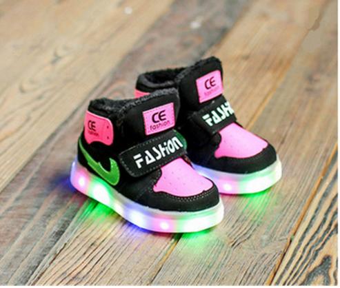 Led Kinderschuhe In Tollen Farben Mit Trittmechanismus Die Schuhe Leuchten In Allen Farben Direkt Beim Los Laufen Led Schuhe Leuchtschuhe Blinkschuhe