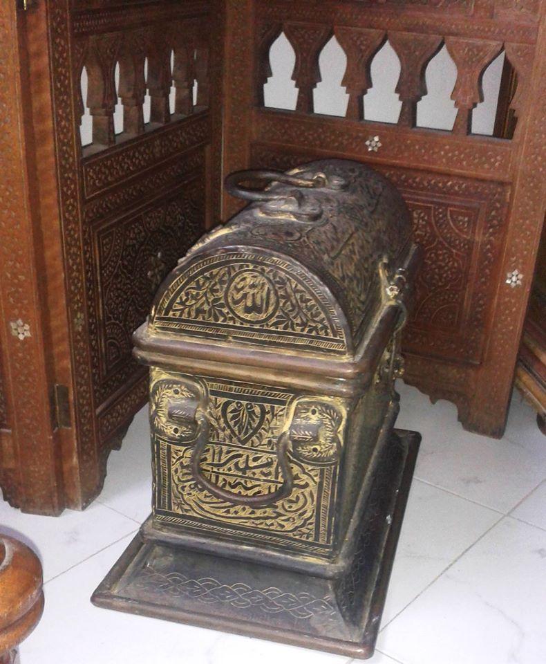 Coffre fort islamique en cuivre massif avec calligraphie arabe de style Grenade 19e siècle