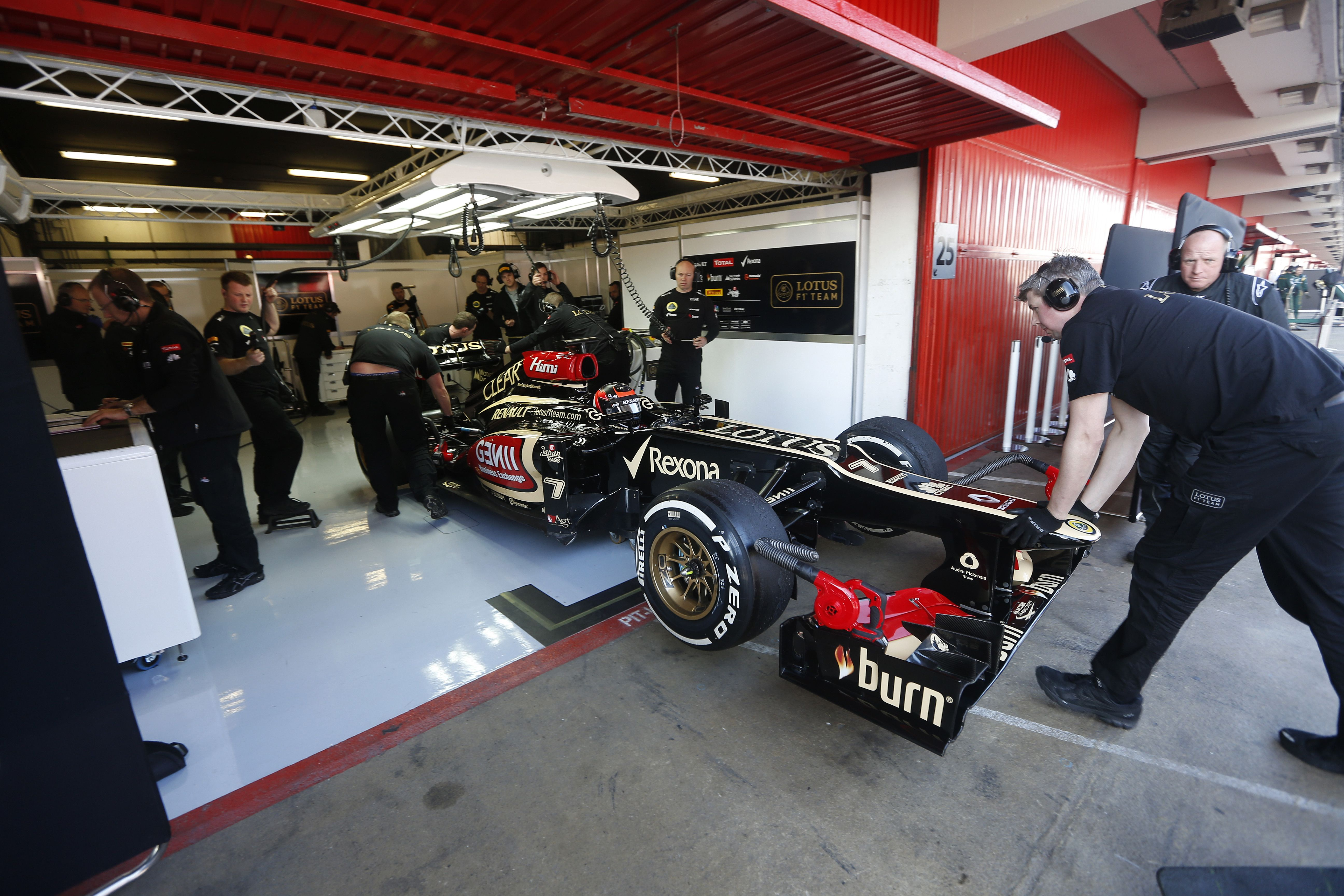 Kimi in the garage lotus f1 team testing pinterest for Garage lotus