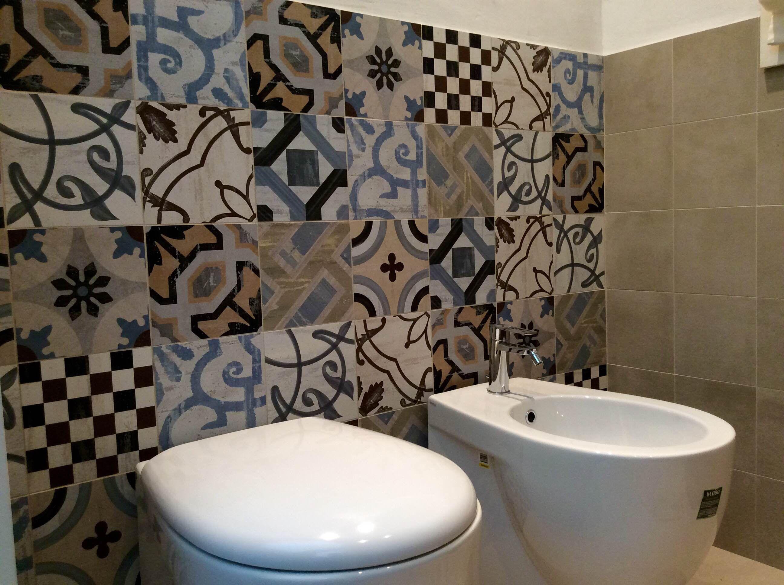 Nodi e imperfezioni del legno colore e decorazioni in gresporcellanato nel nostro nuovo