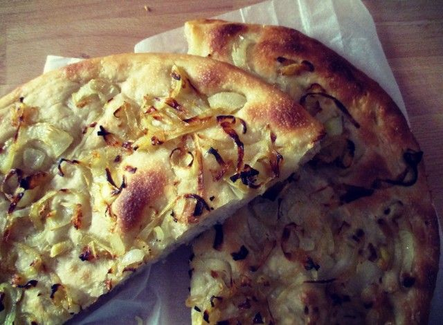 Focaccia with onions  Do you want to surprise everyone with a cake soft, light and rustic flavor and genuine? Here then this recipe is for you! The rising times require a bit 'of time but I guarantee that the result will repay the wait, try it!