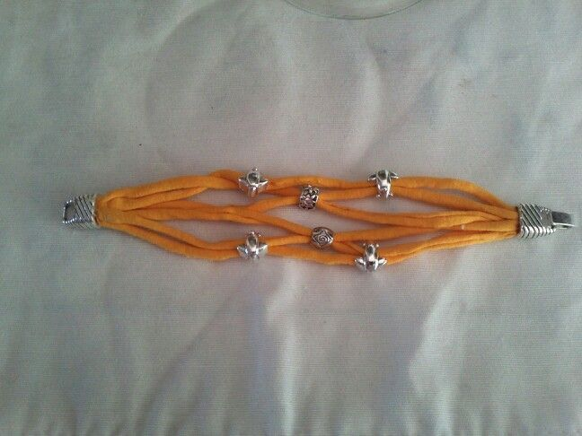 Una pulsera de trapillo , sencilla y muy fácil de hacer.