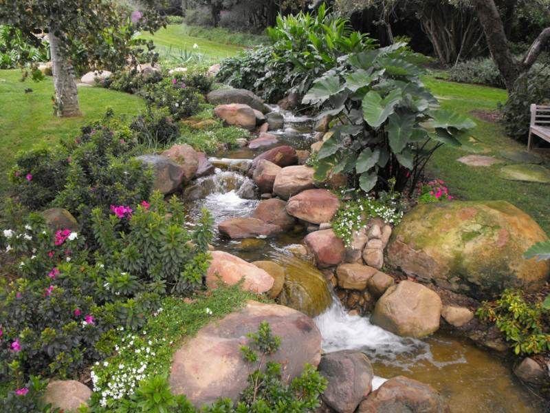 bachlauf im kleingarten von bodendeckern und stauden umgeben, Garten Ideen