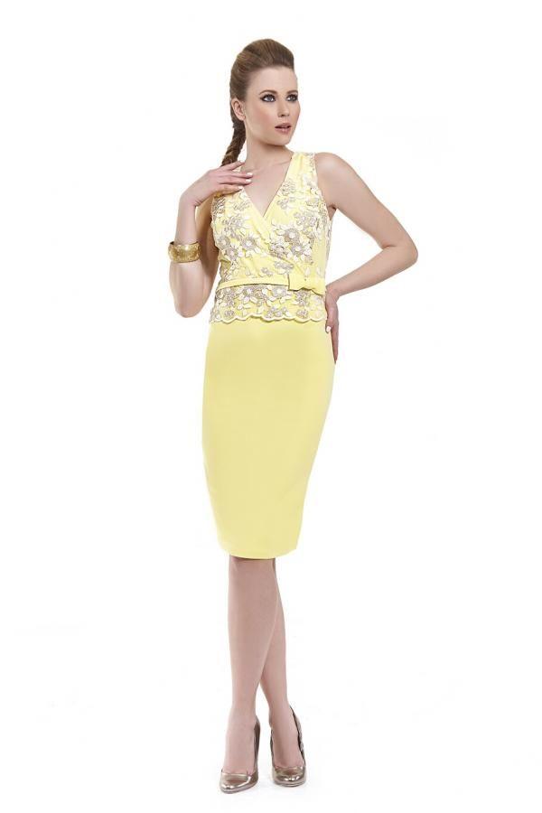 458b6e3c6c8f Φόρεμα κρεπ ελαστικό σε στενή γραμμή midi αμάνικο με λεπτομέρεια από  δαντέλα στο μπούστο