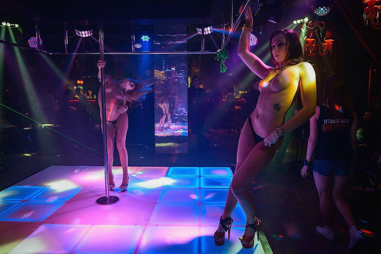 eroticheskiy-striptiz-tanets-pod-muzikoy