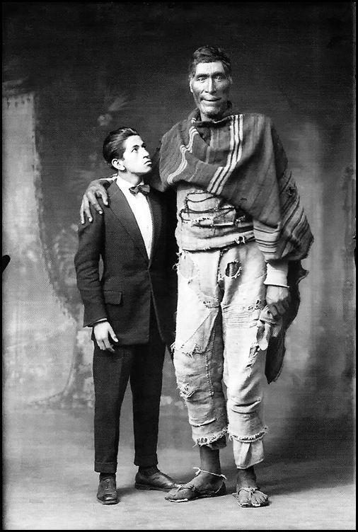 Martin Chambi - Víctor Mendívil y el gigante de Paruro, 1925