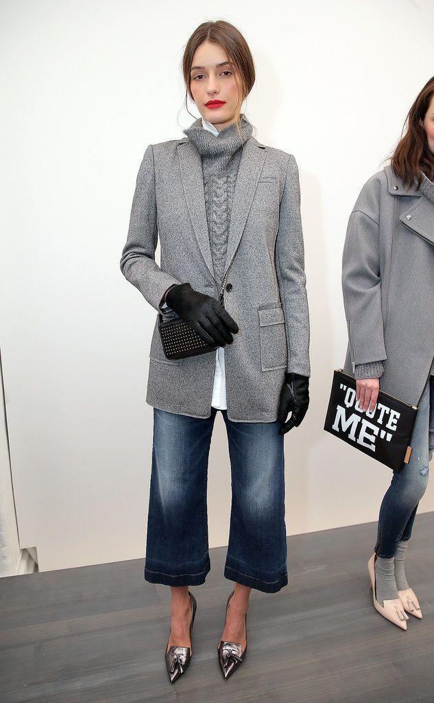 Giacca grigia di lana con palangari con un maglione molto, jeans svasati corti e …