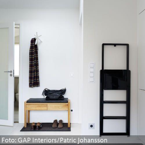Wohnideen Vorraum schwarzer tritt und holzbank im minimalistischen flur vorraum