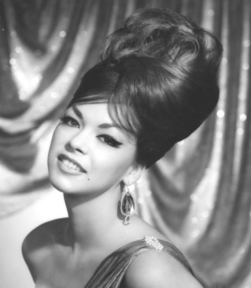 1960 S Beehive Hair Her Makeup Is Wonderful Too 1960s 1960sstyle 1960sfashion 1960shair 1960smakeup 1960s Hair Bouffant Hair Vintage Hairstyles