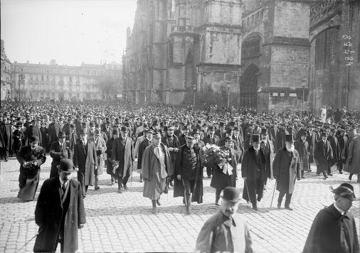 """27/02/1917, arrivée de """"l'Orleans"""" à Bordeaux (le capitaine Tucker du cargo américain ayant forcé le blocus, devant la cathédrale en compagnie de personnalités) : photographie de presse / Agence Rol"""