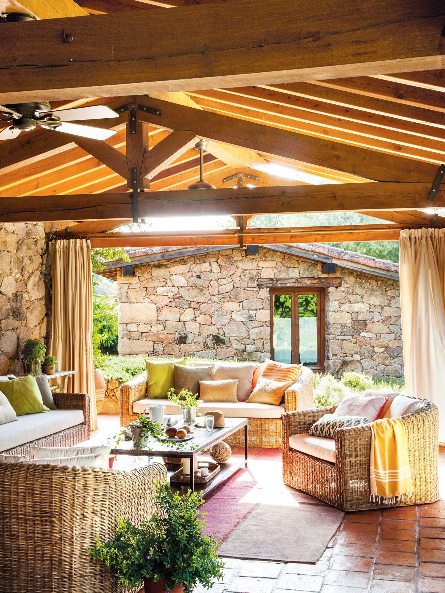 Porche con techo de madera en una casa de piedra con for Techos de madera exterior
