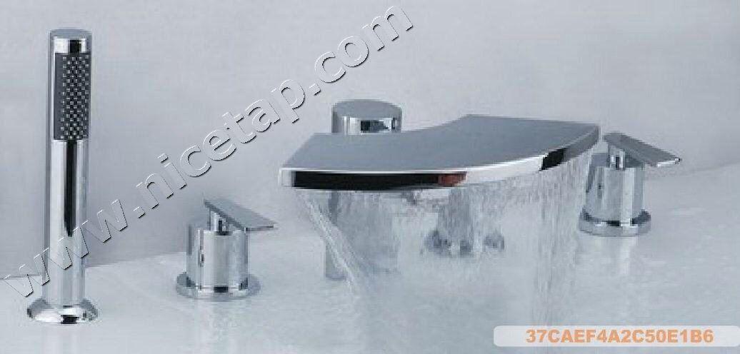 Retractable shower head keeps bath area fuss free | Bathroom ...