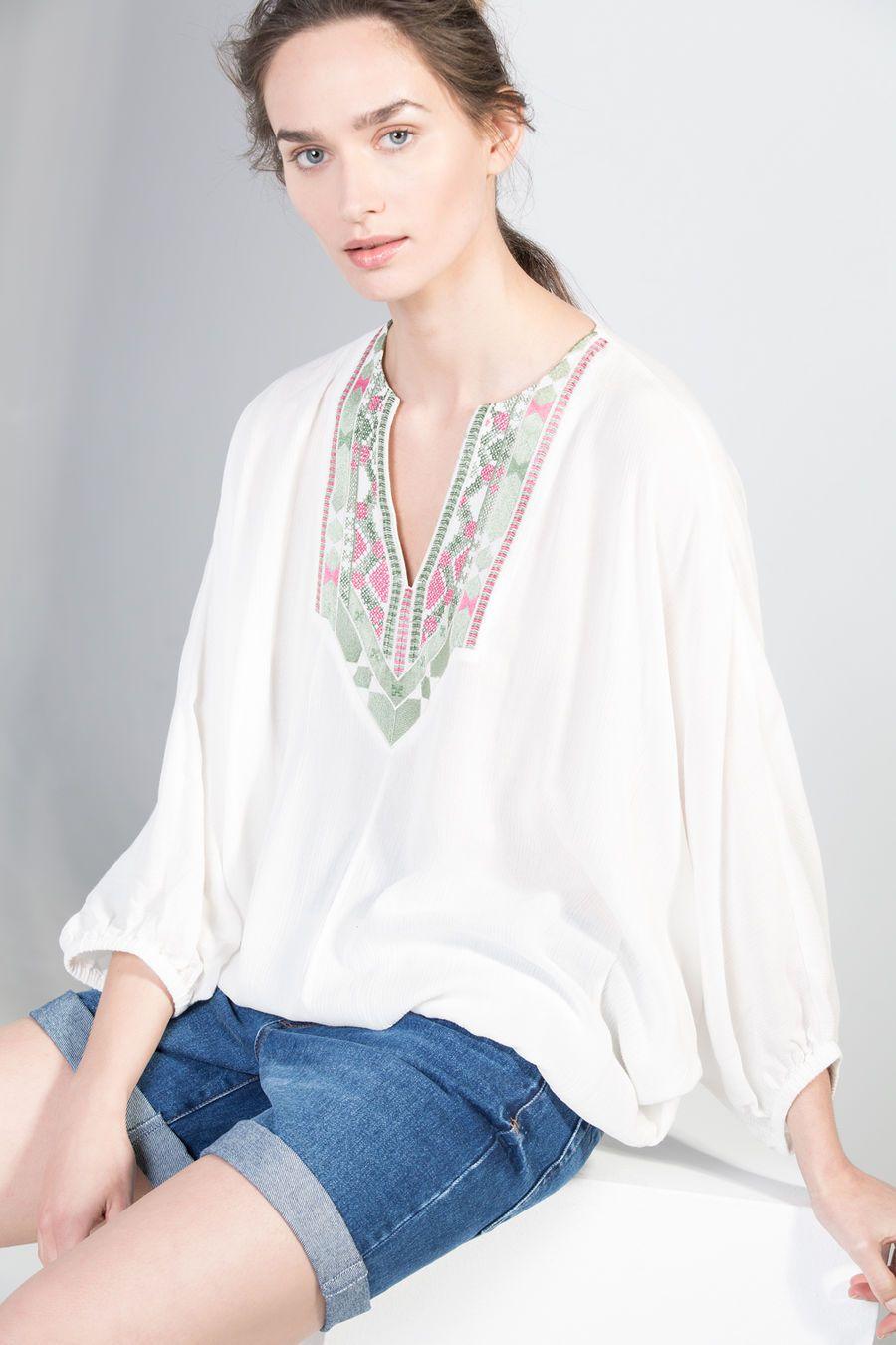 Blusa escote bordado
