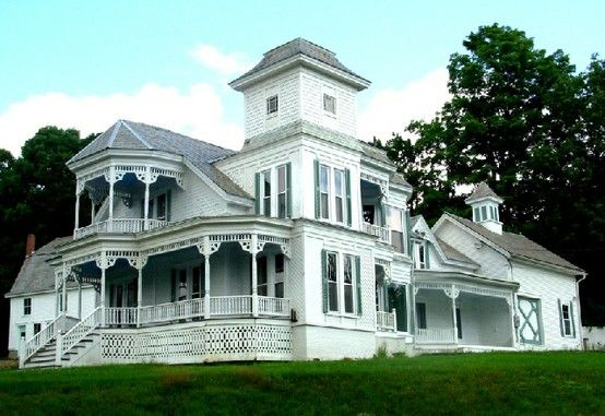 If I Could Paint It Cream And Dark Green It Would Be Perfect Victorian Homes Old Victorian Homes Mansions