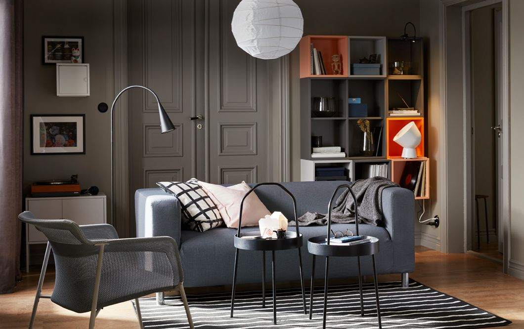 Ein Wohnzimmer in sanften Grautönen MIt dem KLIPPAN 2er-Sofa und - wohnzimmer orange beige