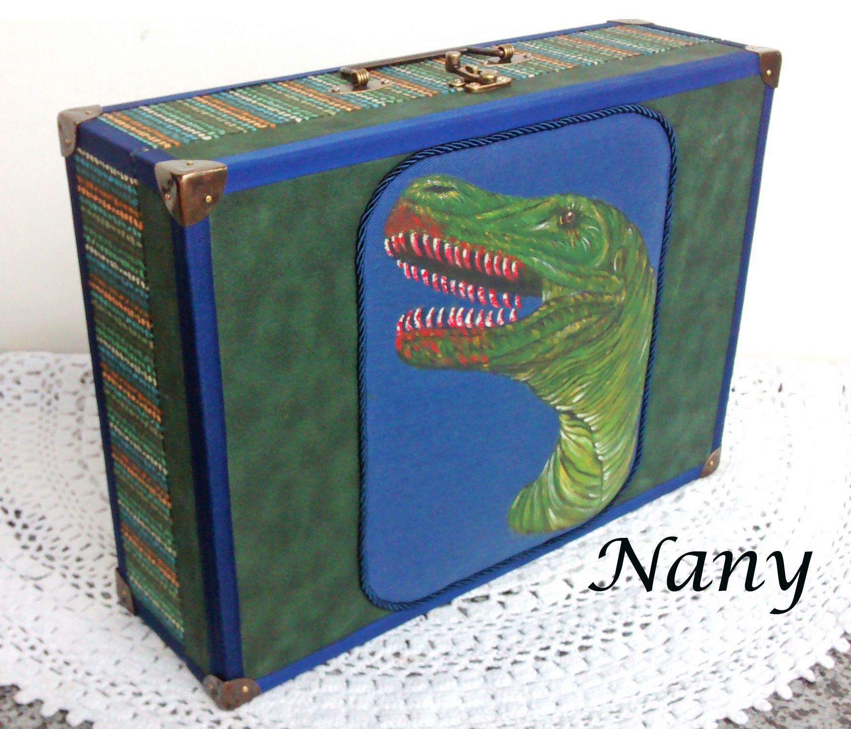 Para os apaixonados por dinossauros, uma maleta toda revestida em tecido, com o medalhão de dinossauro pintado a mão.