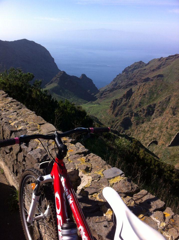 Barranco de Los Carrizales con La Gomera al fondo #avistadepedal #tenerife #inviernoencanarias #islascanarias #bikecanarias #buenavistadelnorte