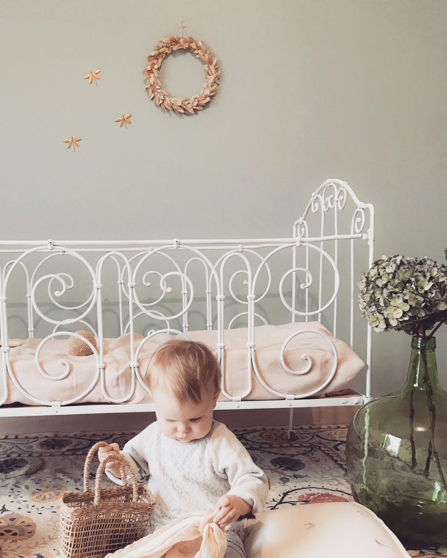 Jolie Chambre Bebe Avec Un Adorable Lit En Fer Forge Stylisme