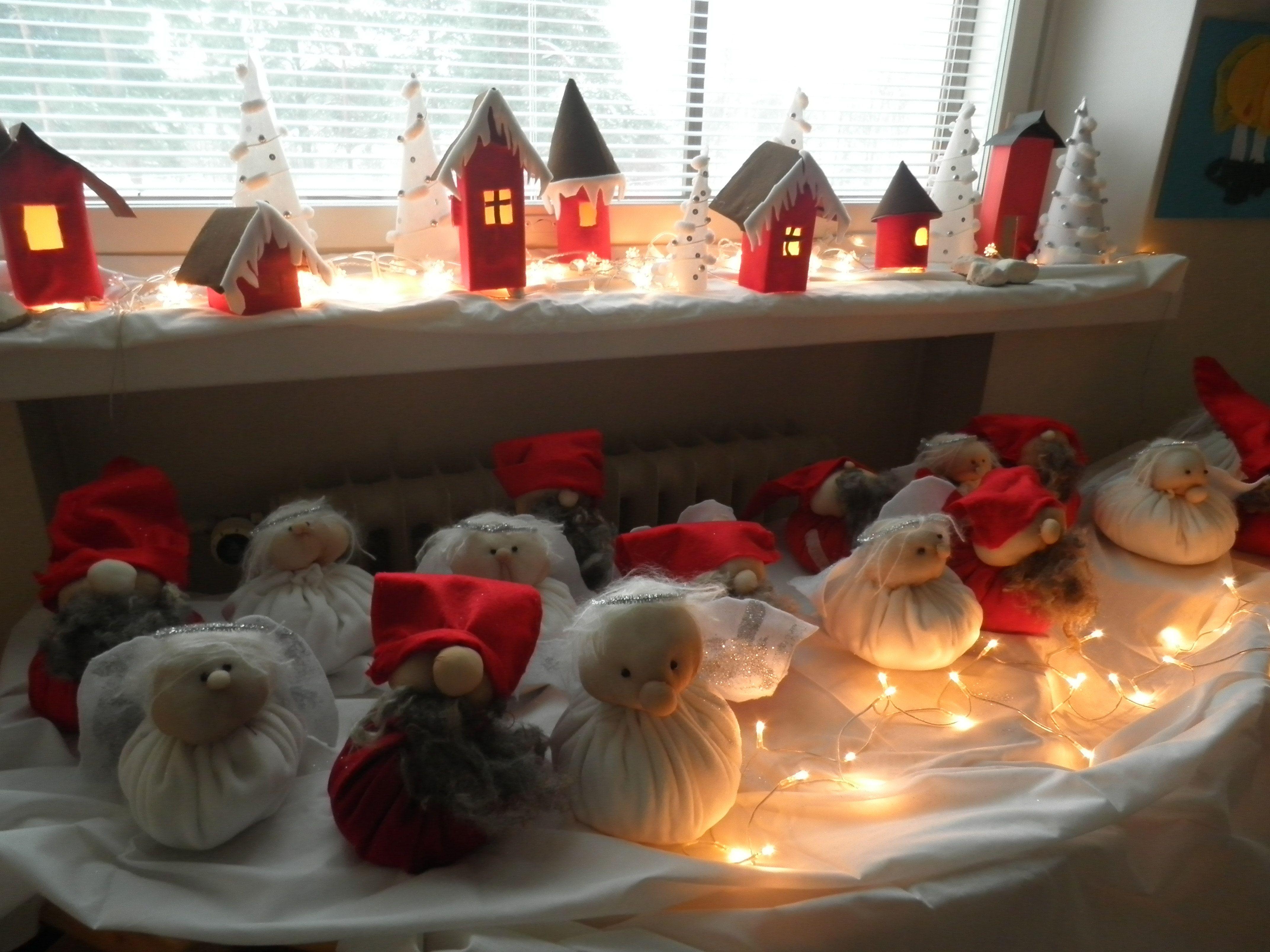 Joulun tunnelmaa luokassa. Enkelit ja tontut tehty huovasta ja sukkahousuista. Idean kehittelin itse. Myös jouluiset talot ovat kauniita etenkin talvihämärässä.