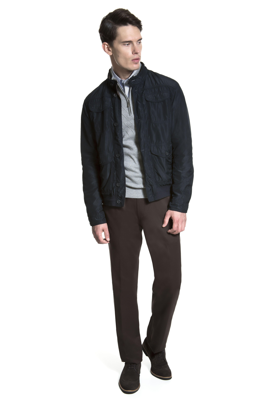 Camisa listrada azul, tricô mescla com desenho texturizado, jaqueta bomber marinho, calça chino café e sapato brogue nos pés.
