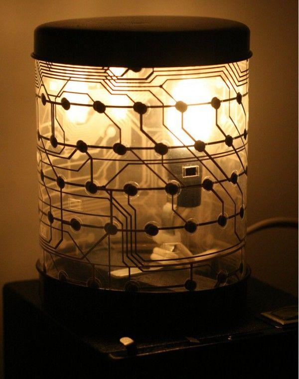 fabriquer une lampe de chevet bien geek avec un vieux. Black Bedroom Furniture Sets. Home Design Ideas