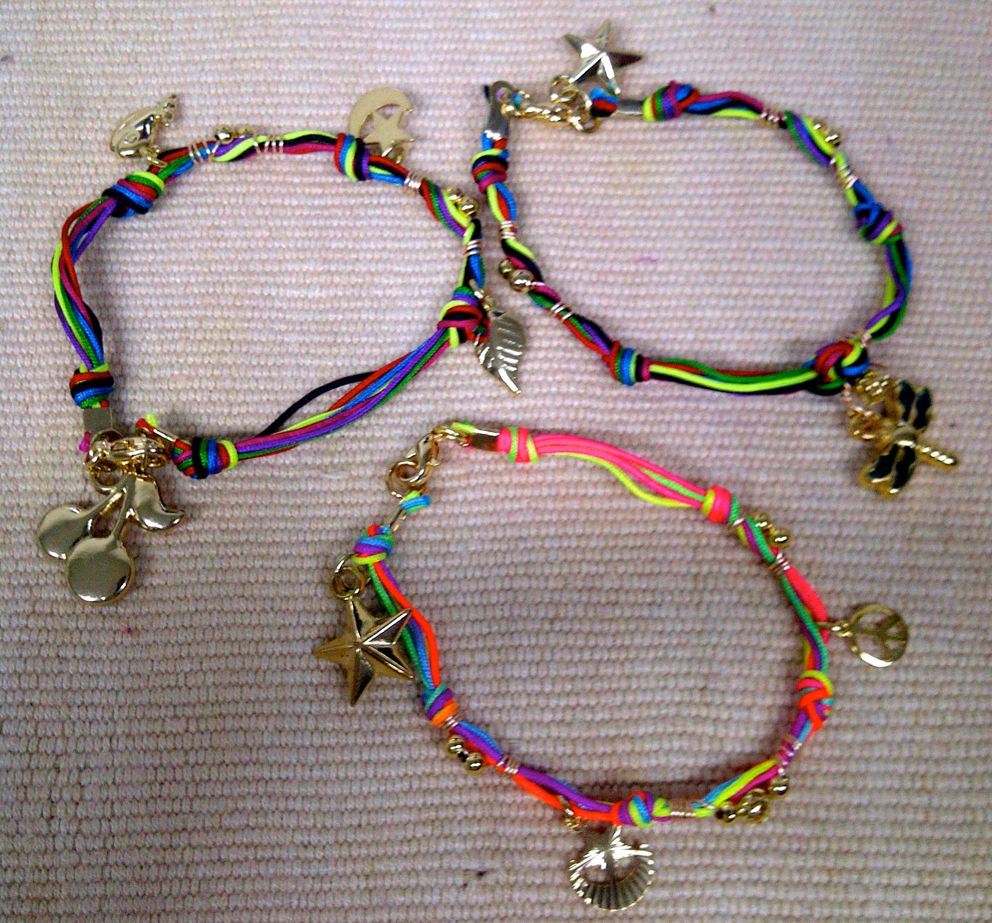 dde4892416c3 Pulseras con hilos de nylon en variados colores y dijes en oro laminado.