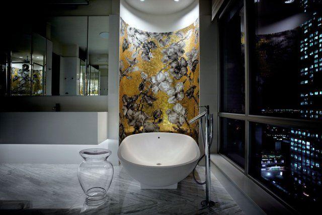 Design de salle de bain avec agencement de céramique et parement
