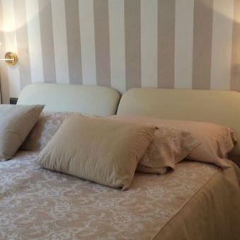 Cabecero de cama papel pintado rayas beige de casadeco for Muebles pintados a rayas