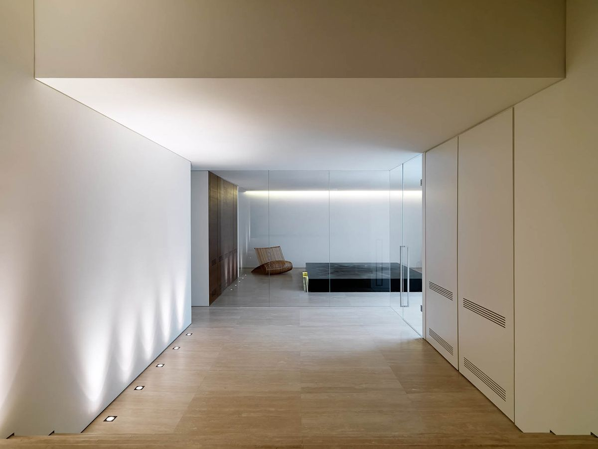 Glass walls and indirect lighting to the Jacuzzi area, House in Tuscany by Victor Vasilev (photo by Adriano Pecchio )