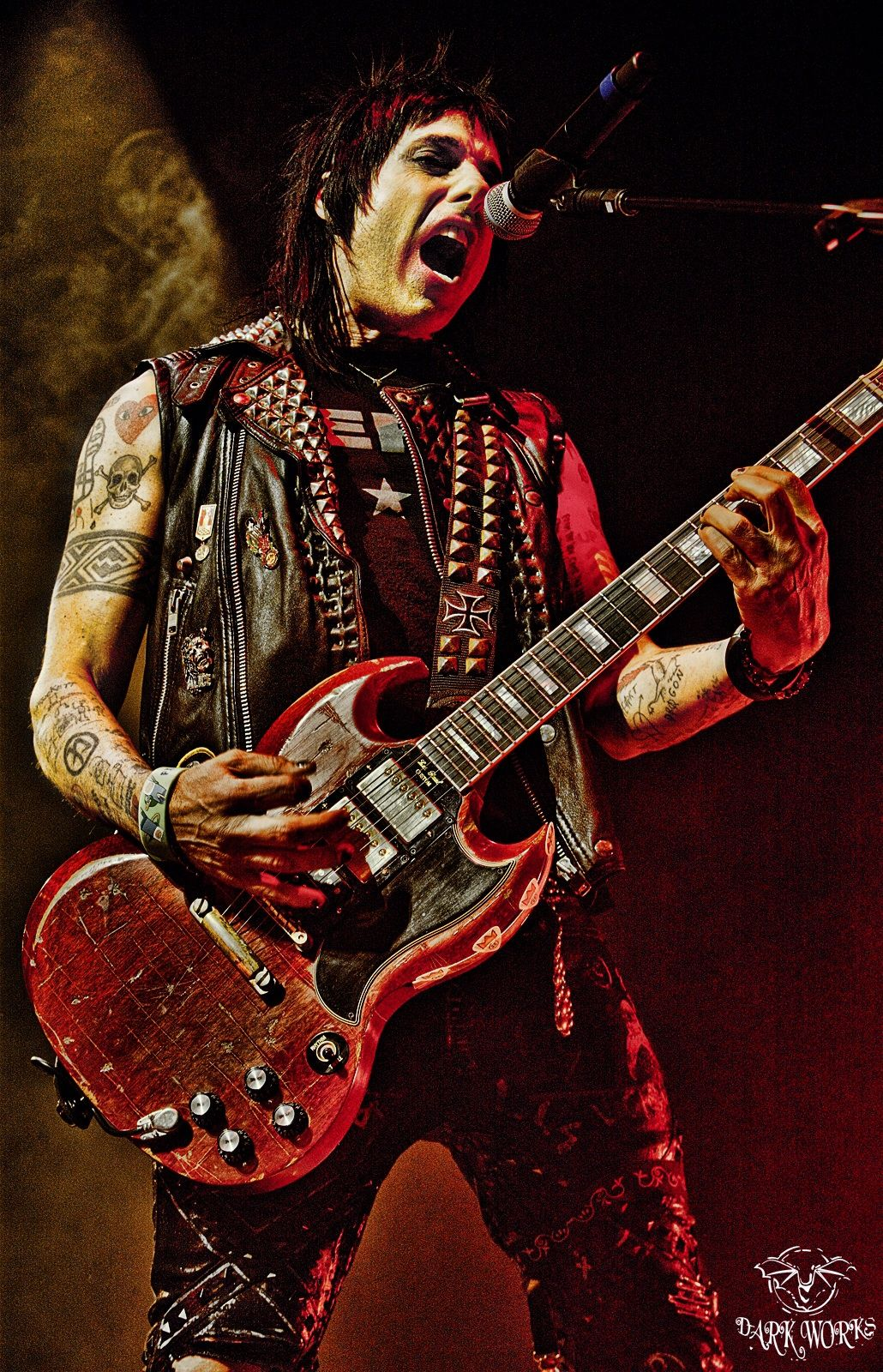 liza graves wow here we have mr tommy disvicious1 henriksen currently playing guitar for alice cooper