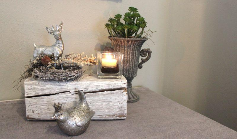 HE78 – Holzblock aus altem Holz, bearbeitet und thermisch behandelt, dekoriert mit natürlichen Materialien, einem Teelichtglas und einem Bami! Preis 44,90€ Breite ca 25cm Erlkönig 8,90€ Metallpokal 12,90€ (ohne Pflanze)