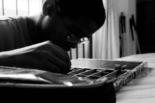 Niño con discapacidad visual trabaja en su pupitre