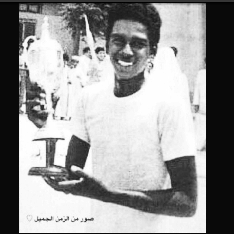 اللاعب السعودي ماجد عبدالله حامل أحد الكؤوس Black And White Historical Figures Historical