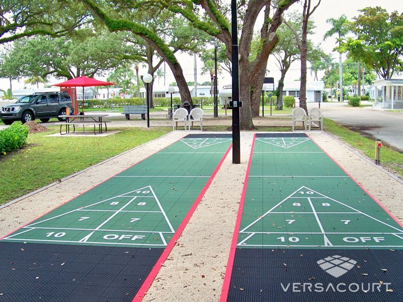 Etonnant Backyard · Shuffleboard Courts
