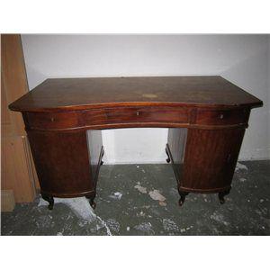 Det her er et fantastisk bord. Det er massivt, ikke for meget pynt, smukke runde former, flot naturlig varm farve mod jeres grå sofa. Det skal slibes ned og have olie eller males en pang farve.  Men der er virkelig meget plads til papirer, computer cabinet, printer..... b: 135 h: 79 d: 72, Det bor i vanløse