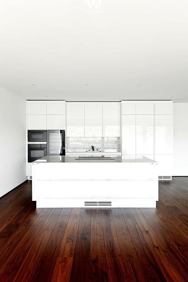 Dunkler Nussbaum-Boden in Verbindung mit weißen Küchenelementen ...